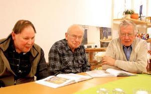 """Anders Eriksson, Börje Eriksson och Henry Lundgren är med i föreningens läsecirkel där boken """"De ovanliga – människor som går mot strömmen"""" av Åke Mokvist diskuteras. Foto: Eva Langefalk/DT"""