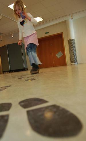 Spår efter skor. Emma Ållas försöker följa dem under sitt besök på barnens vårsalong.