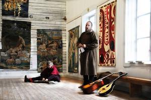 Med sång och musik berättade Karin Skoglund och Anders Bohlin i Ytterlennes musikanter om Greta Lindvalls vävar från Kalevala.