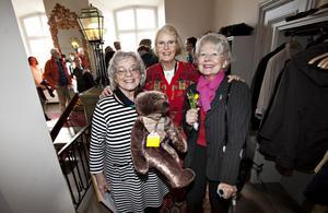 Birgitta Bergström, Lisse-Lotte Danielson och Margareta Erdesjö uppvaktade Barbro Holmberg.