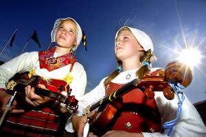 Boda möter Bohuslän. Anna Ekborg och Kajsa Mattsson i dräkter från Boda och Bohuslän uppträdde med musikskolan och lilla Falu spelmanslag. – Det är fint med folkmusik, men vi lyssnar helst på Metallica.