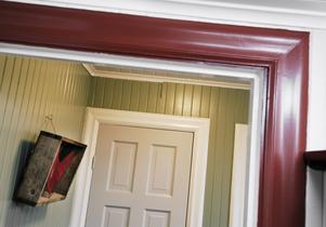 Rött, grått, vitt och grönt kompar bra ihop och återkommer i hela huset.