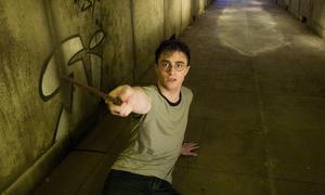 Nu blir Harry Potter teater också. Oändliga mängder berättelser försöker nå ögon och öron varje dag, men det är ett fåtal som vi vill återvända till om och om igen.