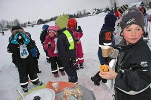 FIKA. Andrej Grees tycker det smakar gott med varm blåbärssoppa i det snöblåsiga vädret.
