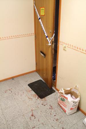 Den knivskurne 35-åringen försökte antagligen få hjälp och gick kraftigt blödande från våningsplan till våningsplan i höghuset på Baldersplan i Sandviken innan han segnade ner. Hela trapphuset var nedblodat och fick saneras. En 21-årig kvinna har begärts häktad misstänkt för mordförsök.