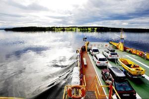 """Trots ett oräkneligt antal timmar på sjön har Gunnar aldrig sett Storsjöodjuret.""""Nej, och det kommer aldrig att hända heller. Visst dyker det upp konstiga vågor ibland, men då kommer det alltid från båtar"""".Färjan utgör livlinan mellan Norderön och fastlandet på Annersia. """"Men någon bro kommer det aldrig att bli. Vi som bor på Norderön vill gärna vara lite för oss själva"""", säger Gunnar Norelius."""