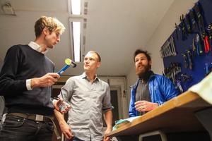 Carl Wiking, Jon Roos och Emil Péclard diskuterar vettiga verktyg.
