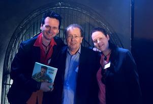 Författaren Per Samuelsson och fotografen Iréne Sahlin gratulerades av Gourmand Awards grundare Eduard Cointreau (mitten) efter priset.