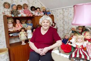 BARNDOMSDOCKOR. De dockor Ulla Englund haft längst i sin ägo är dessa, som hon hade som barn. Från början låg de en originalsäng, men den har Ulla sålt.