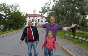 Dolph Lundgren tillsammans med dottern Greta och kompisen Kent Andersson i typisk Nylandsmiljö framför Tingshuset.