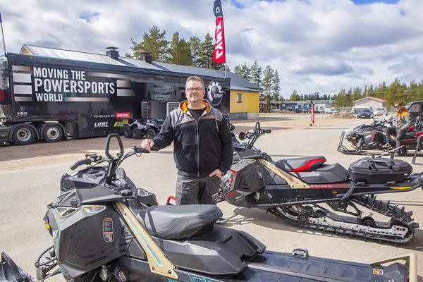 Morgan Eriksson på Ljungbergs motor med en av de nya modellerna för 2018.