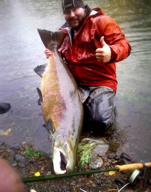Magnus Fagerström från Bergsjö fångade rekordlax vid vattenverket i nedre Ljungan, 127 cm lång och troligen över 25 kg tung.