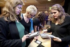 Berit Karlsson från Arkenbiblioteket i Örnsköldsvik och hennes kollega från Nolaskolans bibliotek, Katarina Lindström-Johansson, passade på att testa de olika läs- och surfplattor tillsammans med Elin Nord från Göteborgs stadsbibliotek.