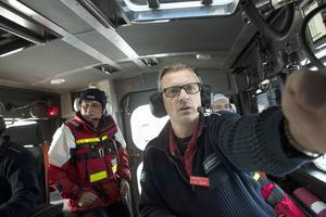 Henrik Blusi jobbar till vardags som polis. Var fjärde vecka har han jour och är de en av två skeppare på räddningsbåten.