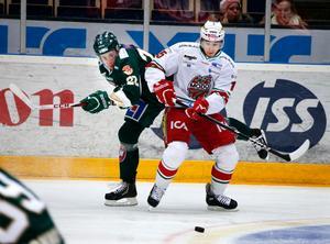 FBK:s Per Åslund och Modos Kyle Cumiskey under femte kvartsfinalen av sju möjliga i SM-slutspelet i ishockey mellan Färjestad BK och Modo Hockey i Löfbergs Lila Arena i Karlstad. Arkivbild.