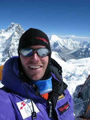 Hårt. Äventyraren Fredrik Sträng har arbetat hårt med att rädda  nödställda på K2  på gränsen mellan Kina och Pakistan. Den här bilden är tagen innan kaoset bröt ut på berget.