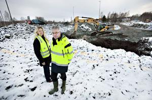 Här byggs rondellen som ska göra att trafiken mellan östra infarten från motorvägen och Sandvikens centrum blir säkrare och flyter smidigare. Erika Ågren och Bertil Paulsson ser projektet som intressant men extremt komplicerat.