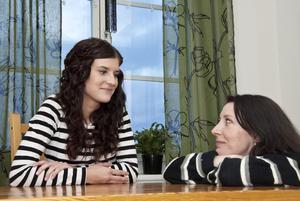 Fanny Sturk, 18 år den 18 februari, i samtal med mamma Mikaela Moser.