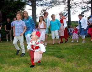 En riktigt liten deltagare i dansen gör precis som de stora dansarna.