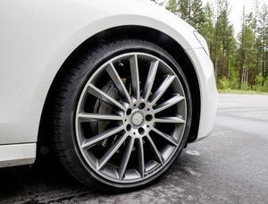 20-tumshjul, med 30-profilsdäck. Snyggt med dyrt.