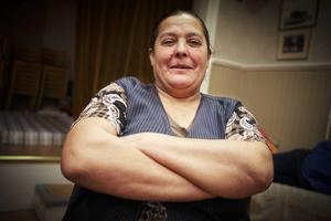 – Jag kommer stanna kvar här så länge jag kan och får. Jag vill inte åka hem till mitt land igen, säger Ermenca, som berättar att hennes man dog då deras hus förstördes vid en översvämning för några månader sedan.