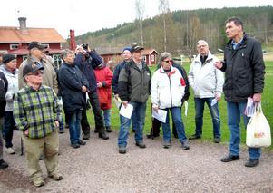Herman Lindberg, till höger, berättar om byn för deltagare i vandringen.