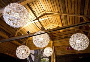 Lampor som liknar jättelika snöflingor i taket i kulturhuset som förut varit sädesmagasin.