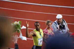 Tyson Gay kastar blommor till publiken på DN-galan