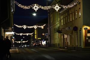 Köpmannaföreningen Askersund i centrum är nöjd med den nya julbelysningen, som är betydligt mer energisnål än den gamla.