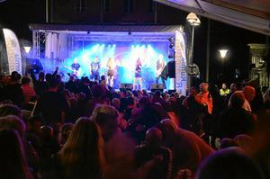 Lördag 22.10. Laxås showgrupp Janssons Frestelser uppträdde sista augusti på Kumla torg. Ett stenkast från redaktionen. Basdunket får rutorna på redaktionen att skallra. Bilden tagen en kvart innan presstopp.
