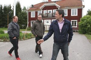 Sunnanåker i Trönö är ett favoritställe för många. Enligt planerna skaAkida Omsorg flytta in huset i augusti, med Jon Schönning som chef och Faxeholmen som hyresvärd. Här med ordförande Urban Wigren och vd Petri Berg.