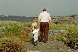 Bilden är tagen på Horsten, en ö i stockholms yttre skärgård. Morfar tog barnbarnen på en promenad efter en härlig midsommarlunch.
