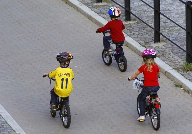 Barn pa cykel hamnade under bil