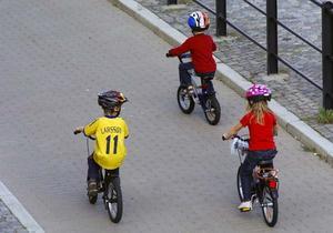 Barn upp till åtta år ska få cykla på trottoaren, anser utredare.