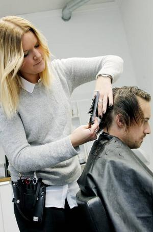 Jenny Holmberg på Salong Jenny och Jessica tycker inspektionerna är bra. Fredrik Karlsson får håret putsat.
