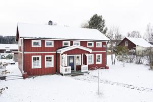 Den röda villan i Fugelsta, nära Marieby på Annersia, ligger nära skolan, en bit från landsvägen.