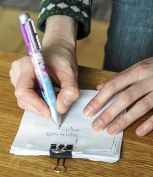 Kuvert som kommer med posten används som anteckningsblock, innan de åker i pappersåtervinningen.