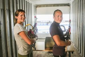 Sofia Myhr och Linn Larsson tillbringade i stort sett hela lördagen inne i containern med Hede SK:s skidskyttesimulator.  Många ville pröva på.