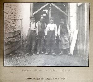 Det här fotografiet fanns i herrgården. Det förställer spiksmederna Kock-Olle, Wiksten, Backström och Lindqvist utanför smedjan 1895.– De var dåtidens spjutspetsar, säger Eva Klingberg.