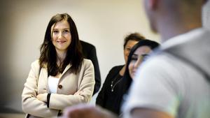 Aida Hadzialic (S) lyssnar på Abdulmoein Bashore, boende på Flygskytten, som studerar svenska i ABF:s försorg.
