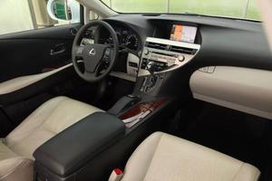 Trä och skinn förhöjer känslan av lyx, men interiören andas en hel del Toyota. Och i Japan går den också att köpa i en billigare version under namnet Toyota Harrier.