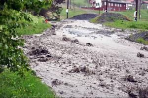 Vägen ner från Lundsgården är helt förstörd, lervattnet gräver sig ner och bryter stora djupa diken i asfalten.