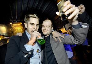 Emil Rydberg och Jonatan Engström:–I kväll är det party, säger grabbarna och dansar vilt.