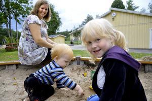 Barnen Molly, 3,5 år, och Wiggo, 1,5 år, går på förskolan i Hasselfors. Malin hoppas att skolan ska få finnas kvar även i framtiden.