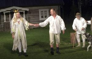 Spelet rymmer både romantik och dramatik. Karin (Sophia Bernhardson) och Nisse (Örjan Fagrell).