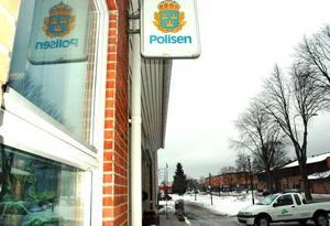 """POLIS KVAR. Polisskylten ska inte plockas ner, säger Gunnar Elrud, ordförande i polisförbundet i Uppsala län. Att stationen i Skutskär ska spara 200 000 kronor oroar ortsborna. """"Det är en nedrustning som skapar otrygghet"""" säger en Skutskärsbo."""