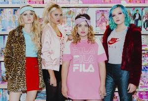 Barbiepunkbandet Call Cat lirar på scen för jämställd musik . Denna lönehelg fylls stan av musik på klubbar, gårdar och konserthus.