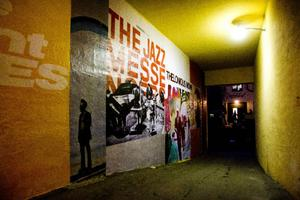 Jazzlegender möter på vägen ner mot klubben.