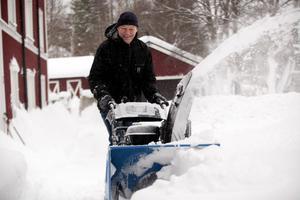 Snöslungor har blivit hårdvaluta. Tomas Sundqvist i Härnösand lyckades komma över en av de sista på butiken i Birsta. Nu går snöskottningen som en dans.