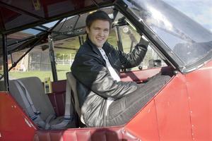 Har högtflygande drömmar. Rasmus har velat bli pilot sen han var liten och nu följer han sina flygdrömmar. Idag jobbar han som pilot, och i framtiden vill han även börja tävla i konstflygning.